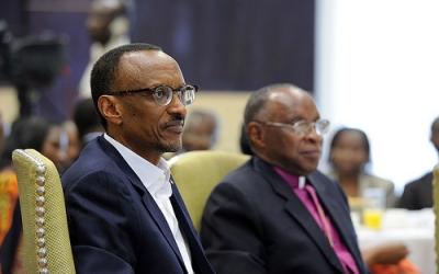 Musenyeri John Rucyahana (iburyo bwa Paul Kagame) ni we perezida wa Komisiyo y'ubumwe n'ubwiyunge