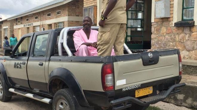 Dr Théoneste Niyitegeka mu mwambaro wa gereza, ari imbere y'urukiko. Ifoto BBC Gahuzamiryango