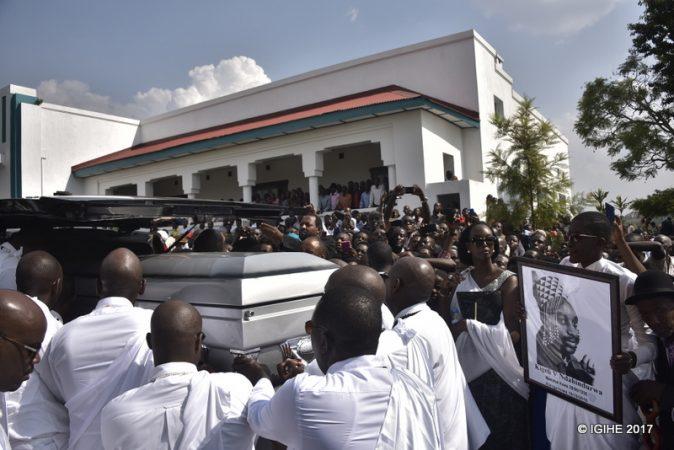 I Nyanza, hari imbaga y'abanyarwanda bari bagiye guherekeza bwa nyuma umwami Kigeli V Ndahindurwa tariki 15/01/2017. Ifoto (c) Igihe