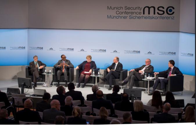 Mu nama i Munich, Perezida Kagame imbere ni uwa kabiri uvuye ibumoso ujya iburyo ari iruhande rwa Bill Gates. Ifoto (c) ktpress