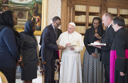 Papa Fransisiko wambaye umweru, P.Kagame ibumoso bwe, Jeannette Kagame iburyo, L.Mushikiwabo ari ibumoso bwa P.Kagame