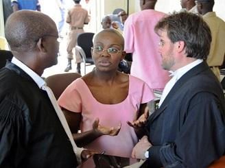 Victoire Ingabire hagati y'abavoka, Me Gatera Gashabana n'umwongereza Me Iain Edwards tariki ya 12/09/2011. Ifoto (c) AFP