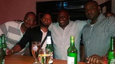 Ku mbuga zinyuranye, iyi foto yerekanywe ivuga ko, aba ari bagenzi be bari kumwe mu kabari. Ifoto (c) The Rwandan